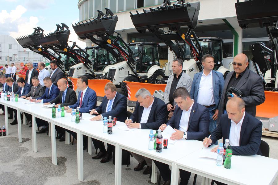 """Општина Дебрца обезбеди нова механизација во рамките на проектот """"Подобрување на општинските услуги"""", имплементиран од Светска Банка"""