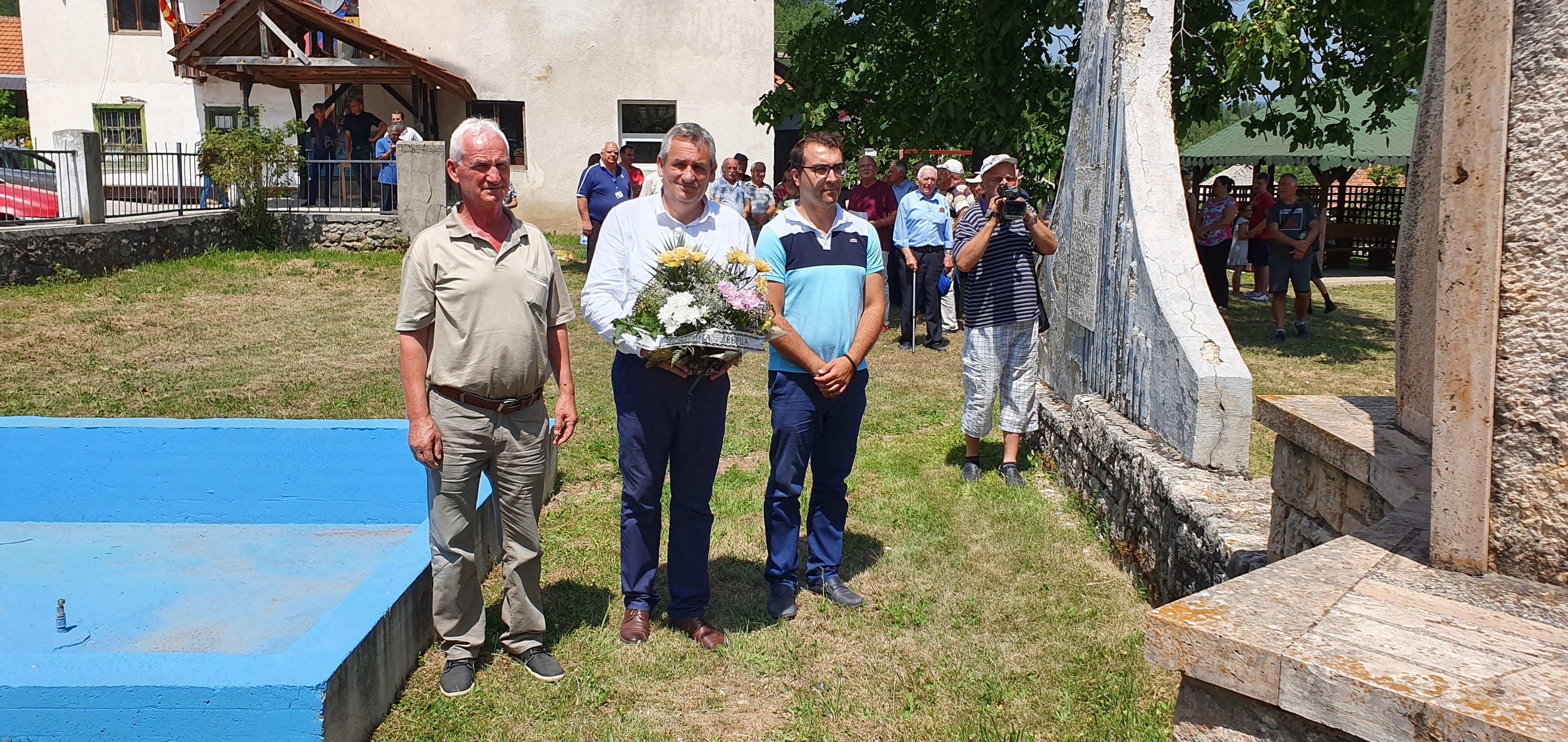 Делегација од општина Дебрца, положи цвеќе во Лактиње