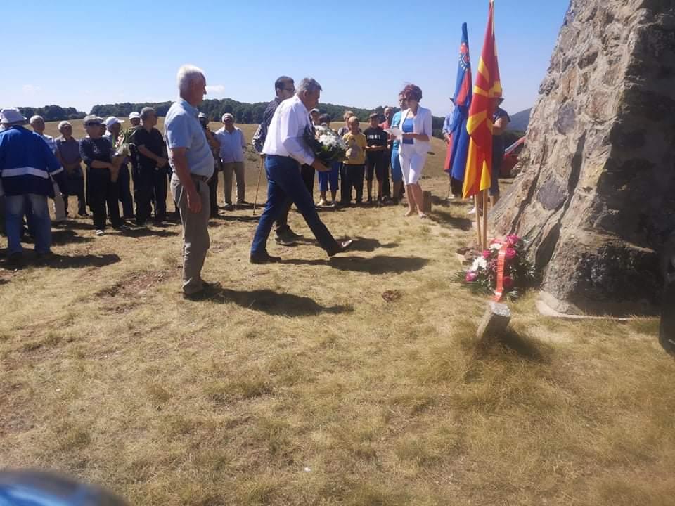 Делегација на општина Дебрца положи цвеќе на Славеј Планина, по повод денот на АРМ
