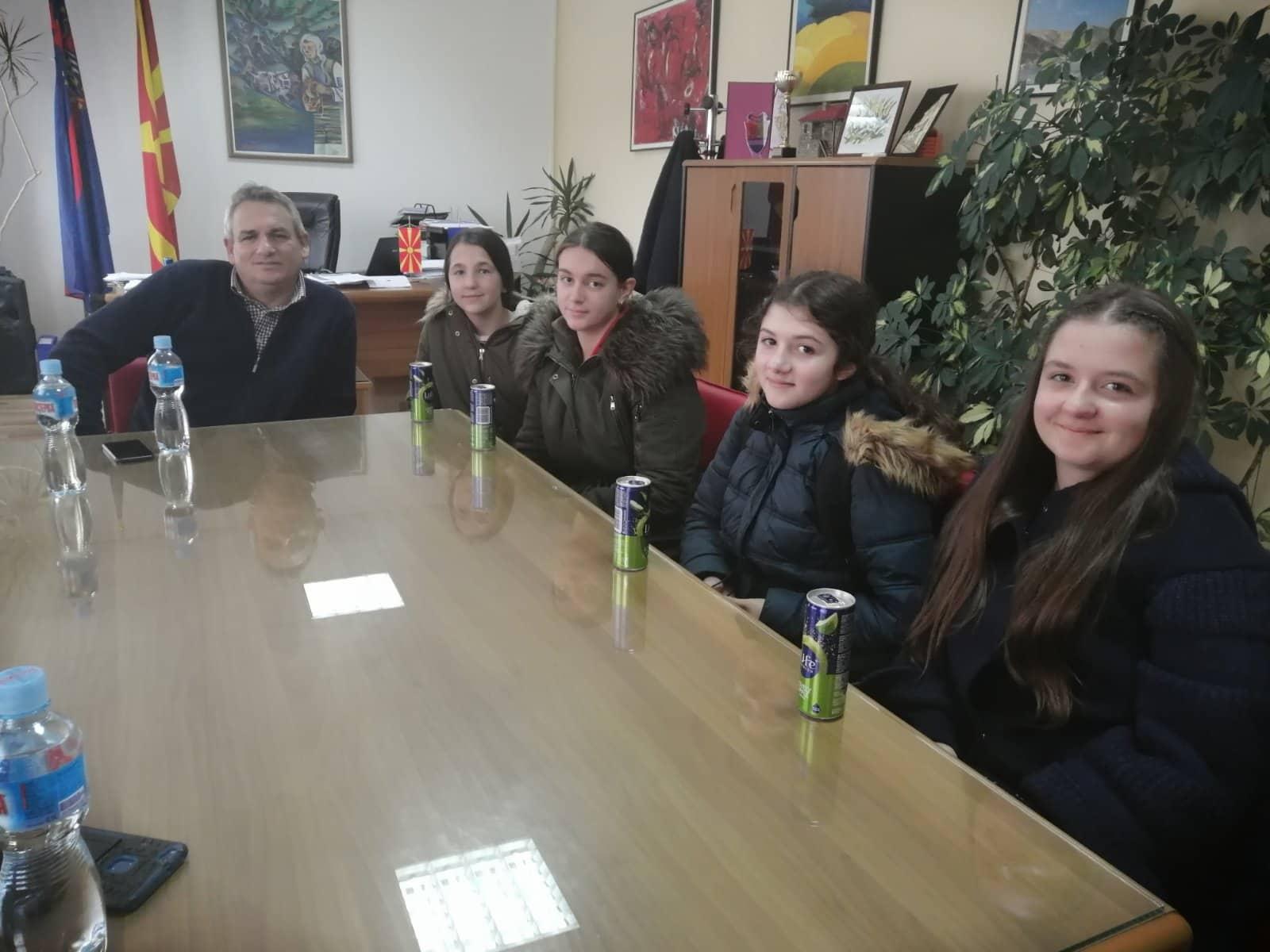 """Градоначалникот Ногачески оствари средба со учениците од ОУ """"Дебрца"""" кои учествуваа во Еразмус + програмата"""
