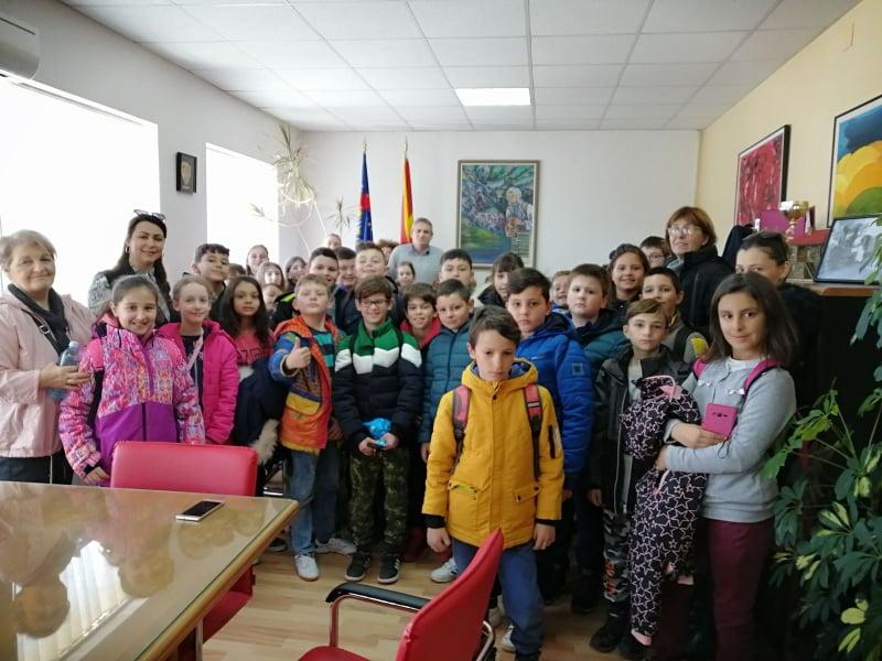 """Учениците од ООУ """"Св.Климент Охридски""""- Охрид, во посета на општина Дебрца"""