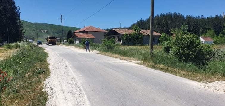 Се врши изведба на банкините на Регионалниот пат Р29273 Ботун-Брежани-Железнец,